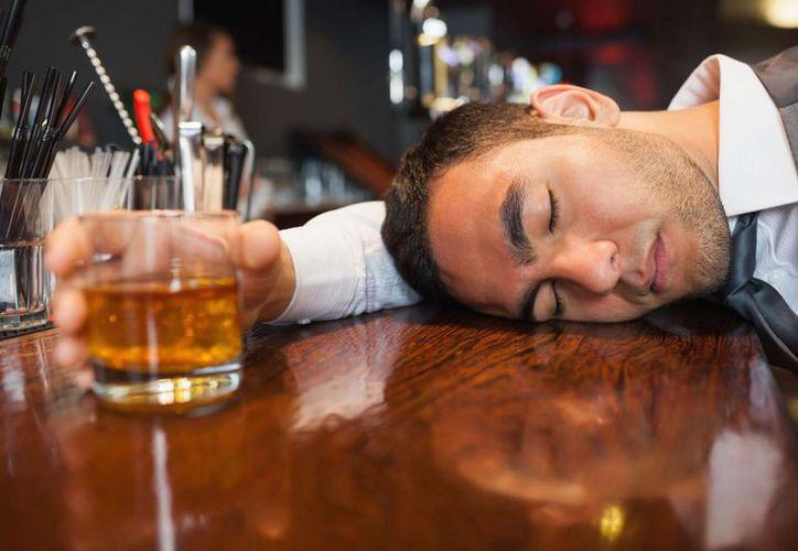Muchas personas aprovechan los fines de semana para divertirse y relajarse con unas bebidas. (Foto: Contexto/Internet)