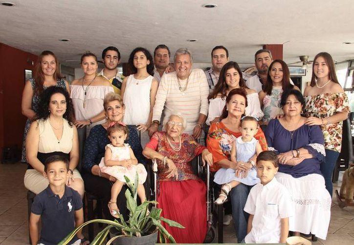 'Tía Dita' y su familia, cuando fue reconocida por la comunidad libanesa en  noviembre pasado. (Archivo/ Milenio Novedades)
