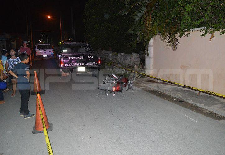 La moto quedó tirada en el pavimiento tras el fuerte impacto. (SIPSE)
