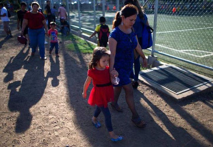 Las autoridades federales insisten en que están reuniendo familias y seguirán haciéndolo, pero padres migrantes afirman que la realidad es otra y temen por sus hijos. (Vanguardia MX)