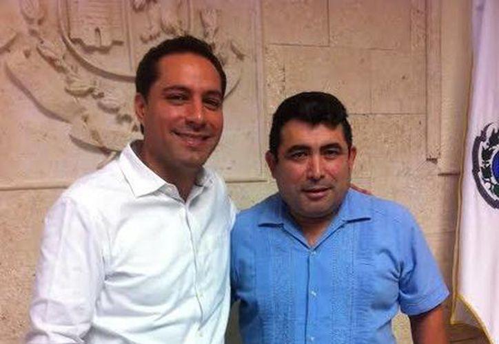 El presidente de la Federación de Clubes de Yucatecos del Norte de California, Ángel Granados Ontiveros (d) acordó con el alcalde de Mérida, Mauricio Vila Dosal, la participación en el programa 3x1 para Migrantes. (SIPSE)