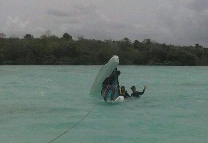 El velero volcó cuando se encontraba a un kilómetro de distancia de la costa. (Redacción/SIPSE)