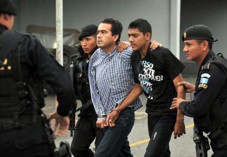 Lauro Zabaleta Durán (centro) y Misael Rivera Santos (segundo desde la derecha), mexicanos integrantes del grupo delictivo 'Los Zetas'. (vivelohoy.com)