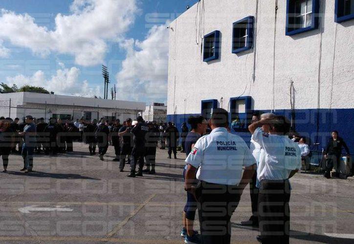 Funcionarios arribaron al lugar para dialogar con los policías. (Luis Hernández/ SIPSE)