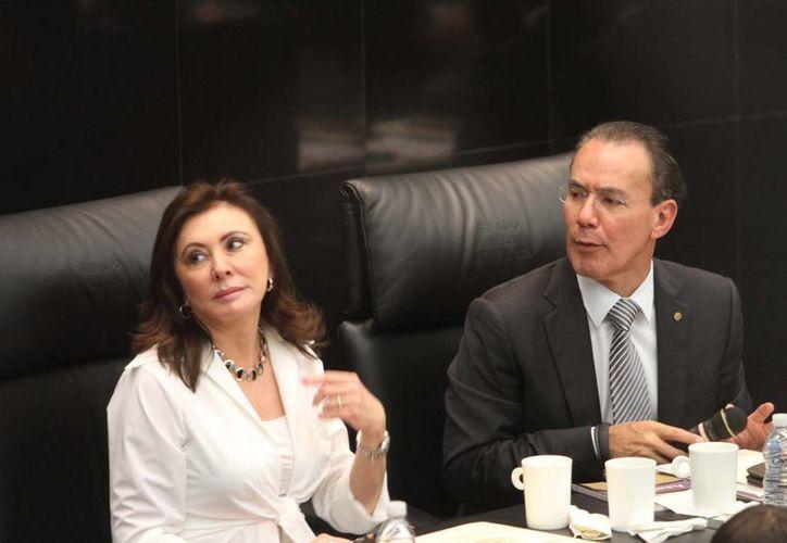 Beatriz Zavala Peniche, vicepresidenta de la Cámara de Diputados, lamentó los hechos en Ayotzinapa. En la imagen, con su colega Humberto Gutiérrez. (Notimex)