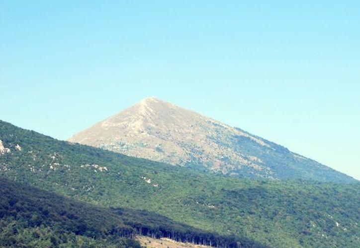 Varios están convencidos de que, en el interior de la montaña, Rtanj, se esconde una antigua base extraterrestre. (mountain-forecast.com)