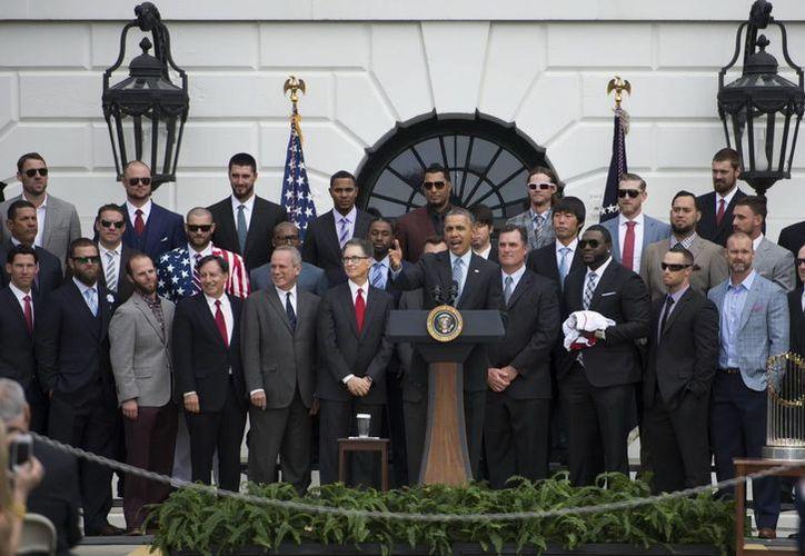 Aunque el presidente Barack Obama felicitó a los Medias Rojas por llevarse la Serie Mundial del año pasado, confesó ser fan de los Medias Blancas de Chicago. (EFE)