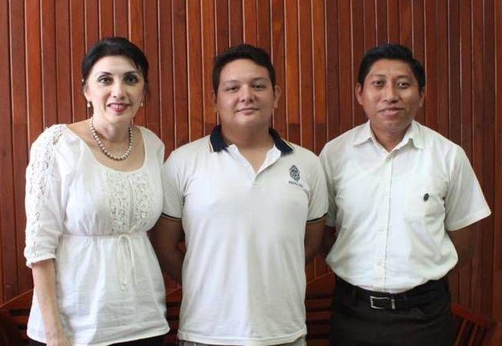 Adolfo Castillo González, destacado estudiante de Física en la Preparatoria Uno, con la directora Ligia Herrera Correa, y su profesor en dicha materia, David González Reyes. (Milenio Novedades)