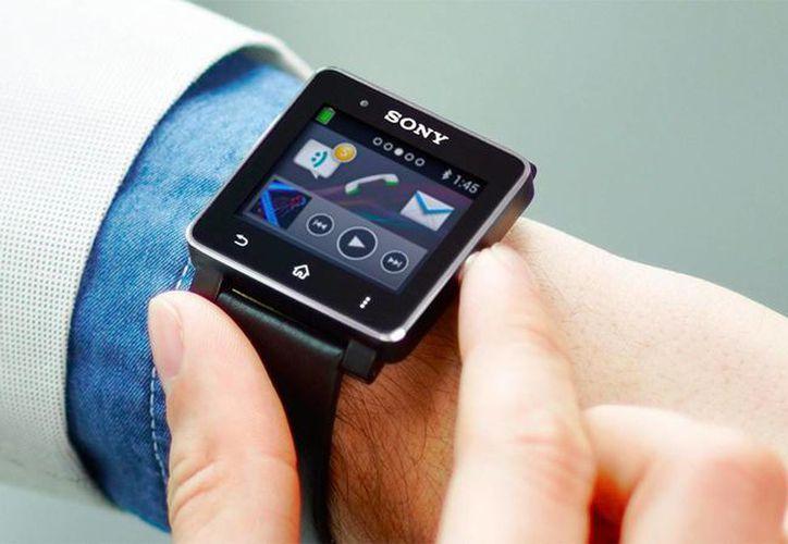 El smartwatch de Sony permite enviar SMS predefinidos y reproducir música y conectarse a Twitter y Facebook. (Internet)