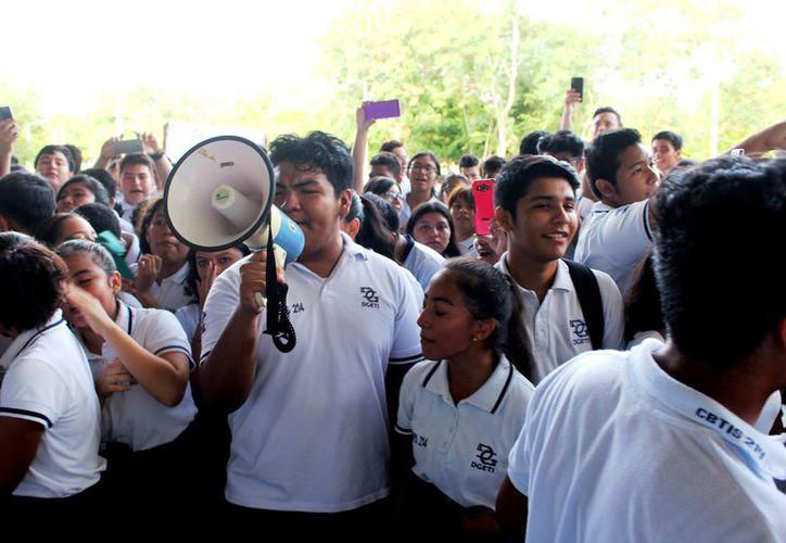 Estudiantes de Cbtis 214 se manifestaron ayer en las instalaciones de la Uqroo para reclamar la propiedad de un campo deportivo. (Daniel Tejada/SIPSE)
