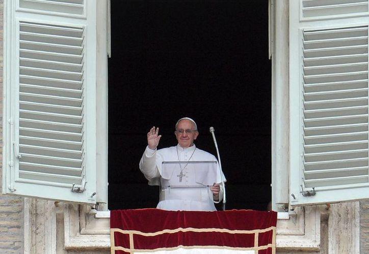 El Papa argentino se asomó a la ventana del estudio del Palacio Apostólico Vaticano para recitar el Regina Coeli ante una abarrotada Plaza de San Pedro. (EFE)