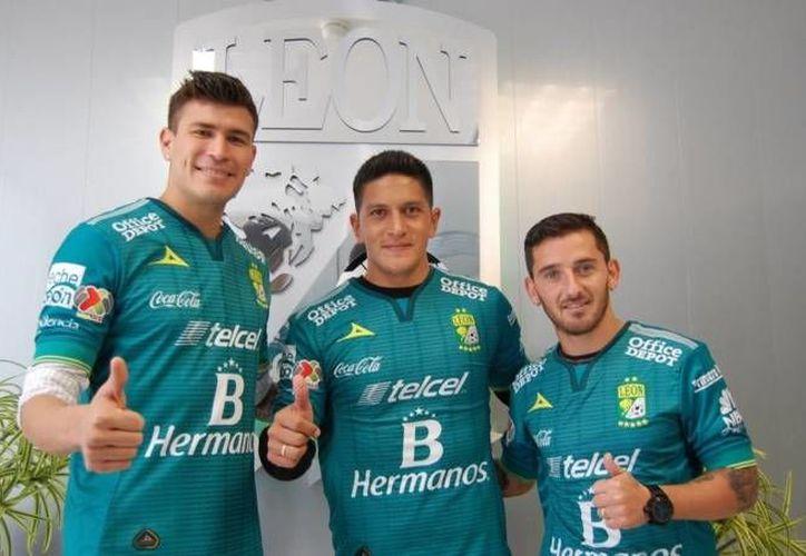 """Jorge """"Chatón"""" Enríquez, Germán Cano y Juan Cuevas fueron presentados este lunes como nuevos refuerzos del León. (Twitter: clubleonfc)"""
