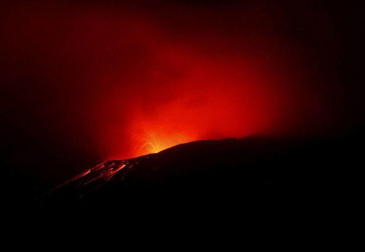 El Centro Nacional de Prevención de Desastres (Cenapred) reportó que el volcán podrían lanzar fragmentos incandescentes a corta distancia del cráter. (Notimex)