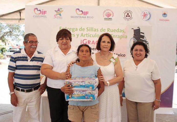 Entrega de pañales para niños y adultos en el evento. (Cortesía/SIPSE)