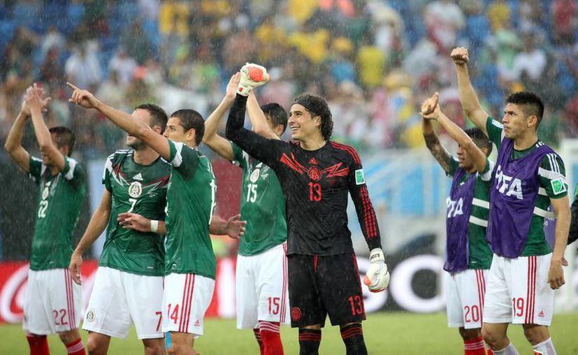 México celebra tras ganar con un gol en el segundo tiempo en el partido frente a Camerún. (Notimex)
