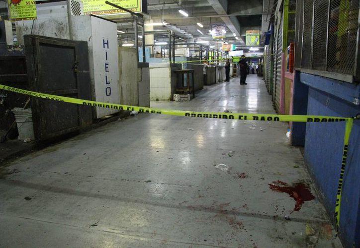La sangre del herido quedó regada en uno de los pasillos del mercado San Benito. El lesionado se reporta como grave. (Milenio Novedades)