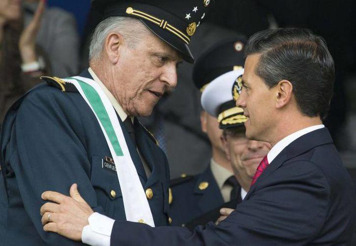 El presidente Enrique Peña Nieto entregó ascensos y condecoraciones (como el que se le otorgó al Secretarío de la Defensa Nacional, Salvador Cienfuegos) en el marco del CIV Aniversario de la Revolución Mexicana. (presidencia.gob.mx)