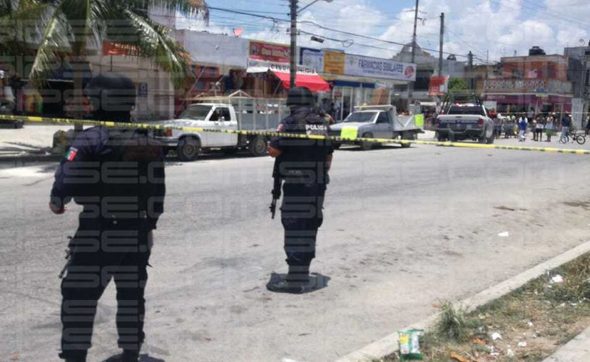 Los elementos policíacos acordonaron el área para iniciar con las averiguaciones correspondientes. (Redacción)
