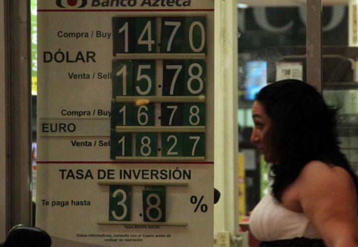 La moneda de EU rompió ayer la barrera de los 16 pesos. (José Acosta/SIPSE)