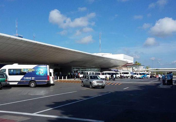 Seis mujeres y Seis hombres de El Salvador fueron detenidos con documentos falsos en el Aeropuerto de Cancún. (Tomás Álvarez/SIPSE)