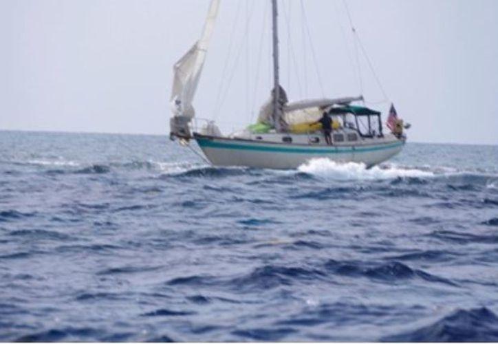 Dos personas de nacionalidad esadounidense fueron rescatadas por la SEMAR cuando su velero quedó encallado en Banco Chinchorro. (SEMAR)