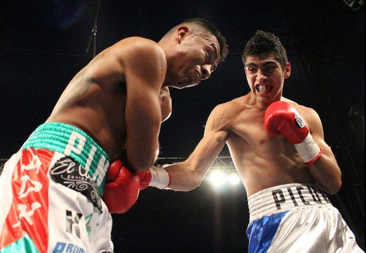 Desde el inicio Moreno (der) fue ampliamente superior al ahora excampeón Mauricio Pintor. (twitter.com/Kaiser_Lozano)