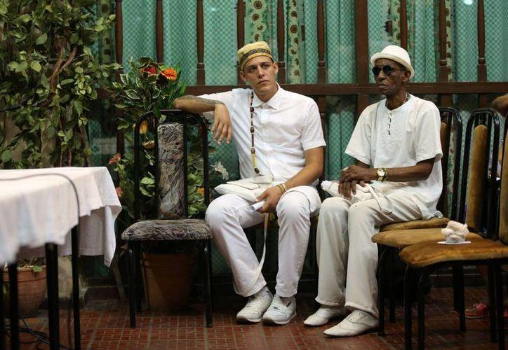 la religión yoruba o Regla de Ocha, es una práctica extendida en Cuba, sincretizada con la religión católica en lo que se conoce popularmente como santería. Imagen de dos devotos de la religión yoruba en La Habana. (Reuters)