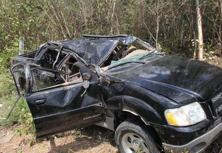 El vehículo dio varias volteretas en la carretera y fue declarado como pérdida total. (Manuel Salazar/SIPSE)