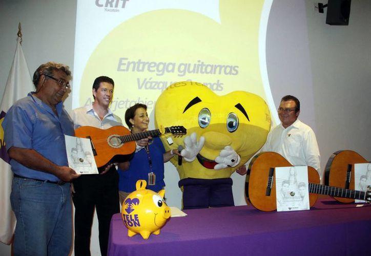 Se entregaron guitarras autografiadas por los Vazquez Sounds, intérpretes del Himno Teletón 2012. (Juan Albornoz/SIPSE)