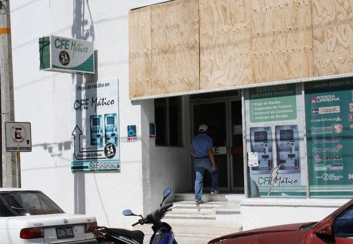 Cada bimestre, son 800 pesos que se pagan por consumo de energía en una vivienda con cinco lámparas, refrigerador, TV y una plancha. (Enrique Mena/SIPSE)
