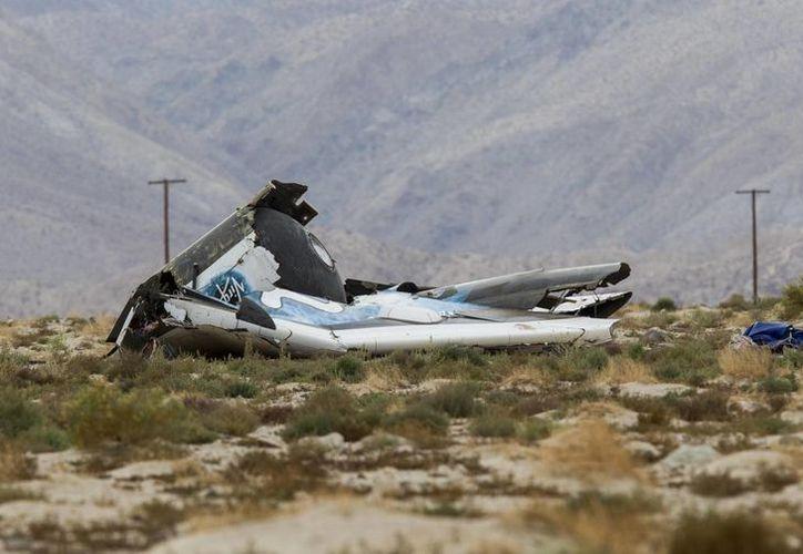 """Restos de la nave espacial """"Space Ship Two"""", que sufrió """"una anomalía"""" y se estrelló en el desierto de Mojave, en el sur de California. (Agencias)g"""