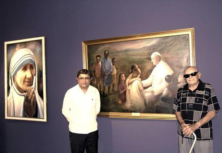 El director de cultura del ayuntamiento, Irving Berlín Villafaña(Izq.) y Ermilo Torre Gamboa presentaron la exposición que contiene 14 pinturas, inspirada en imágenes religiosas.