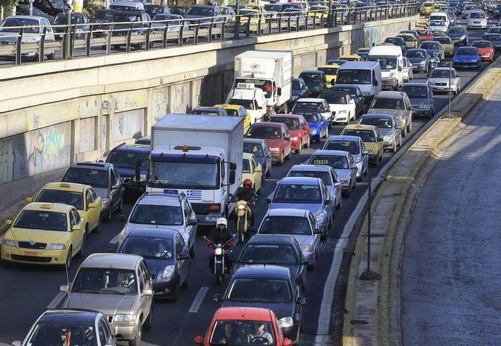 El intenso tráfico que a diario recorre las calles de Atenas puede hacer que encontrar estacionamiento se convierta en una tarea titánica. (Archivo/EFE)
