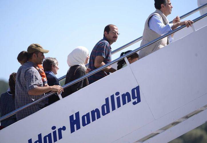 Al momento del abordaje, los refugiados parecían emocionados y subieron las escalerillas del avión papal corriendo. (Agencias)