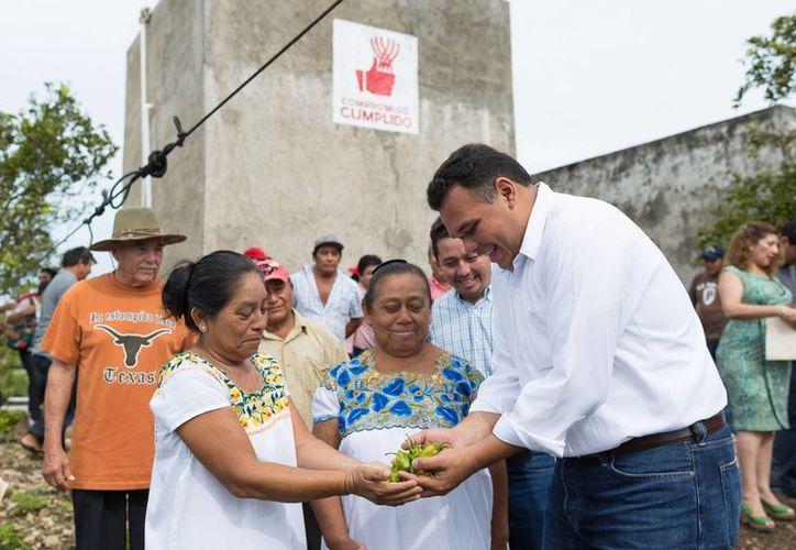 El gobernador de Yucatán. Rolando Zapata Bello, convive con productores. (SIPSE)