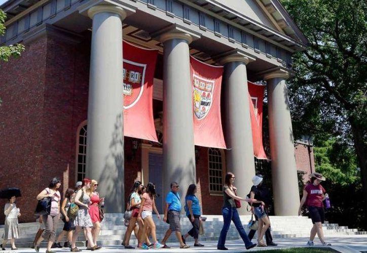 La Universidad de Harvard fue denunciada por discriminar a aspirantes asiático-estadounidenses. (AP)