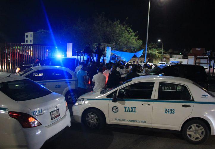 Taxistas iban tras la patrulla para hacer justicia por su propia mano contra el presunto asaltante. (Redacción)