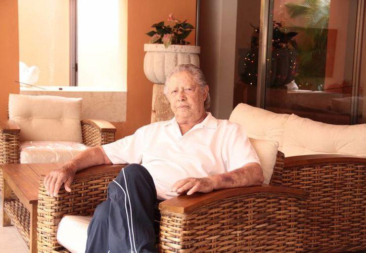 Entrevistado en su casa de Mérida, acompañado por su familia y mascota, Víctor Manuel Espinosa Acuña <i>Armillita</i>, recordó que a pesar del amor por los toros, se interesó por la arquitectura, estudió la carrera y la ejerció incluso de manera simultánea en algún periodo de su vida. (Jorge Acosta/SIPSE)