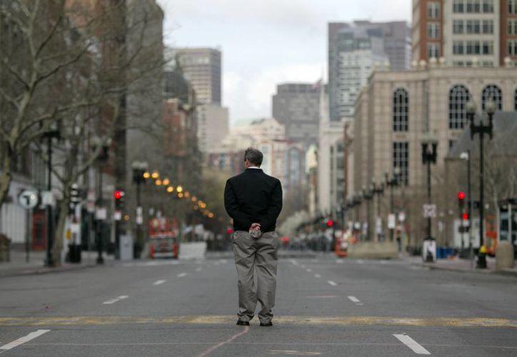 Jack Fleming, de la Asociación Atlética de Boston,  se detiene en la línea de meta donde ocurrieron las explosiones. (Agencias)