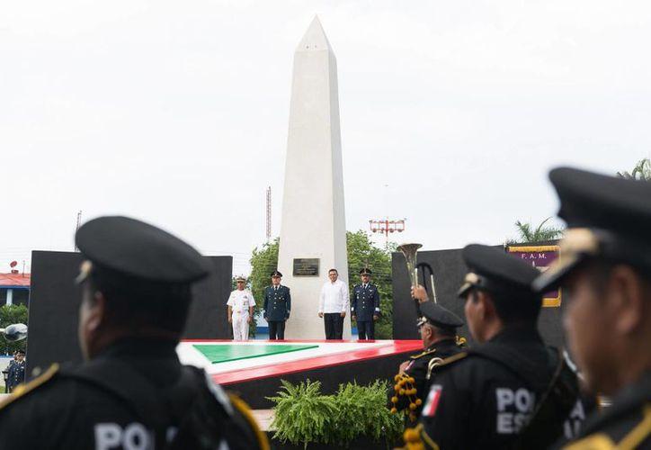 En la inauguración del obelisco conmemorativo, Rolando Zapata estuvo acompañados por funcionarios del Poder Legislativo y el Judicial. (Cortesía)