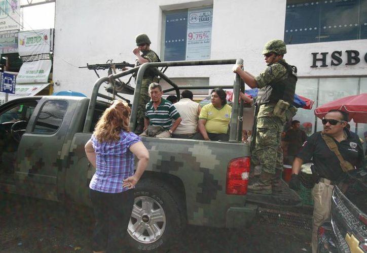 """El lunes pasado, agentes de la Policía Federal Ministerial, apoyados por el Ejército, realizaron un cateo en un local del mercado """"Lucas de Gálvez"""". (Milenio Novedades)"""