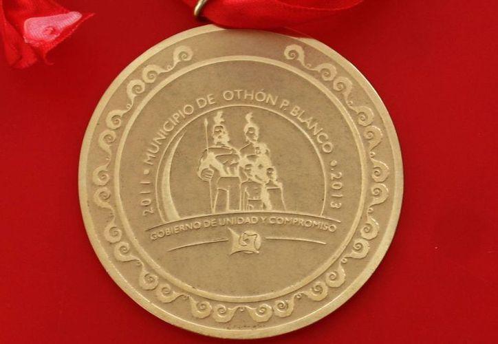 En tesorería me sugirieron cotizar otra medalla y por eso compramos la de chapa, argumentó Omar Escalante Muza. (Harold Alcocer/SIPSE)