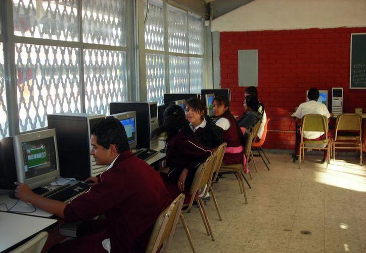 La falta de equipos de computación impide a los estudiantes adquirir las herramientas necesarias. (Francisco Sansores/SIPSE)