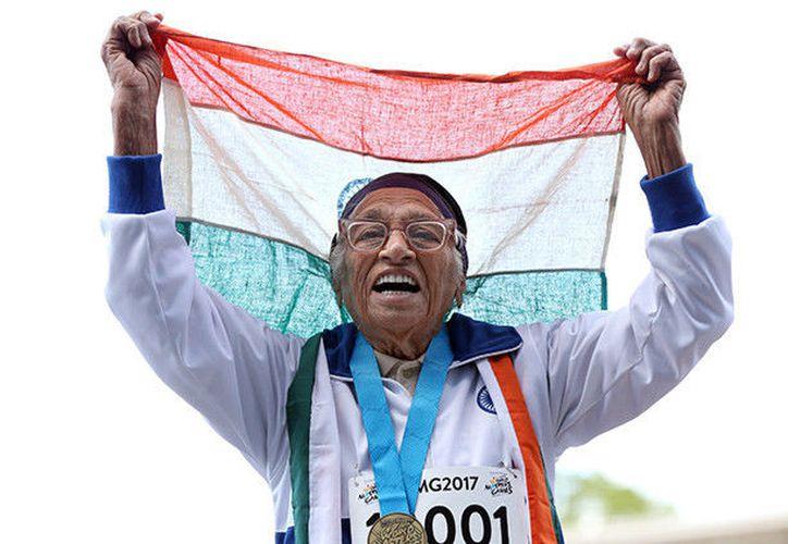 Man Kaur bailó con la bandera india sobre la cabeza para festejar. (Foto: RT)