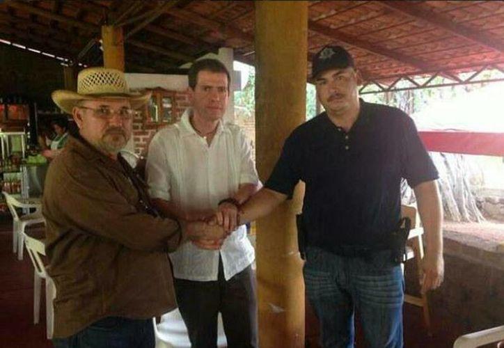 En imagen de este año en la que se ve a Hipólito Mora, Alfredo Castillo y Antonio Torres 'El Americano'. (Twitter/@Comisionadomich)