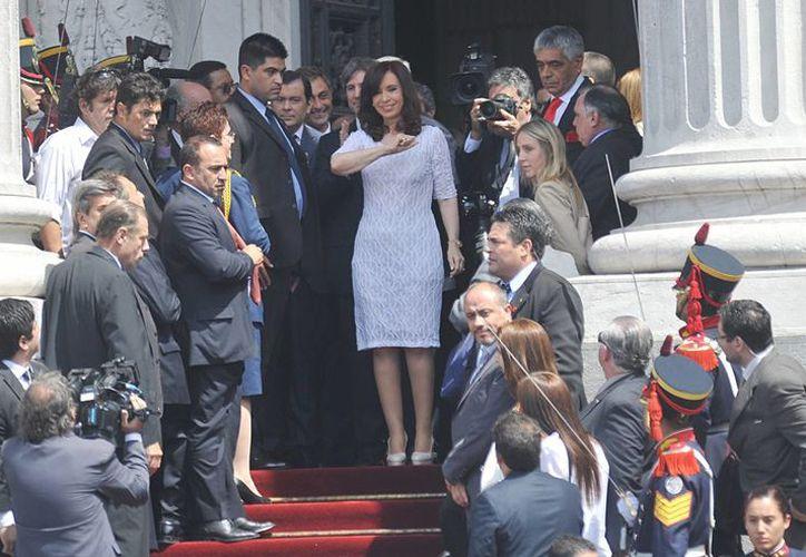 La presidenta de Argentina, Cristina Fernández, pretende entregar a Mauricio Macri el bastón de mando y la banda presidencial en la sede del Parlamento. (EFE)