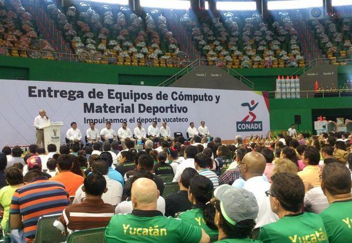 El gobierno de Yucatán y la Comisión Nacional de Cultura Física y Deporte realizaron la entrega de equipos de computo y material deportivo. (José Acosta/Milenio Novedades)