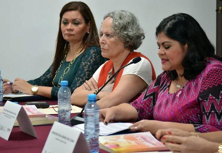 Ayer se hizo la presentación del libro 'El feminicidio, un enfoque sistémico para prevenir las violencias de género', por parte de la autora, Milagros del Pilar Herrero Buchanan, y demás acompañantes.