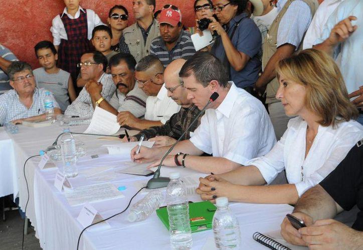 Durante el acuerdo firmado este lunes entre autodefensas y gobierno de Michoacán se puso condiciones al manejo de armas en la entidad. (Notimex)