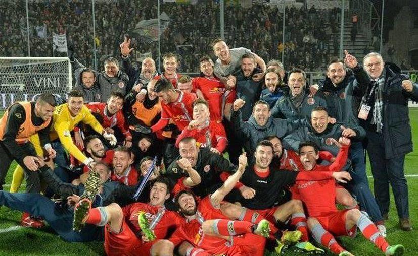 El Alessandria de la tercera división italiana celebra tras eliminar con un 2-1 al Spezia de los cuartos de final en la Copa Italia. (EFE)